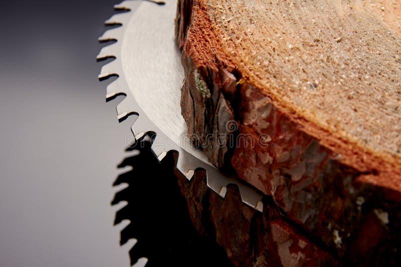 Scie circulaire mécanique, le meilleur assistant en sciant le bois en petite et grande quantité photos libres de droits