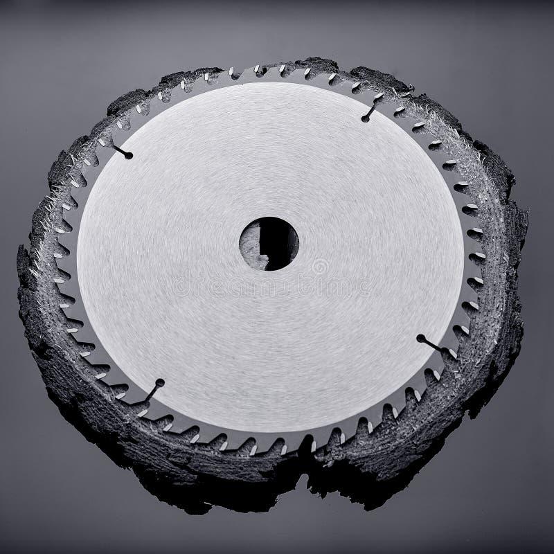 Scie circulaire mécanique, le meilleur assistant en sciant le bois en petite et grande quantité photo stock