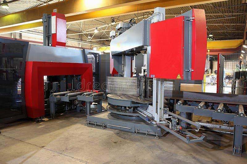 scie Semi-automatique de bande dans l'atelier mécanique photos stock