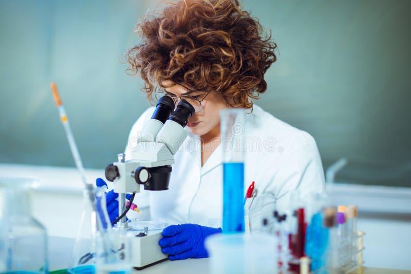 Scienist de femme dans le laboratoire photographie stock