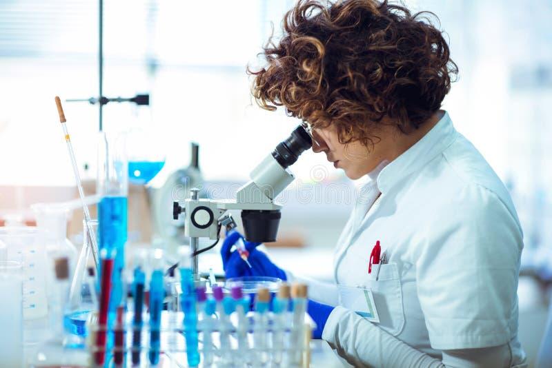 Scienist de femme dans le laboratoire photos stock