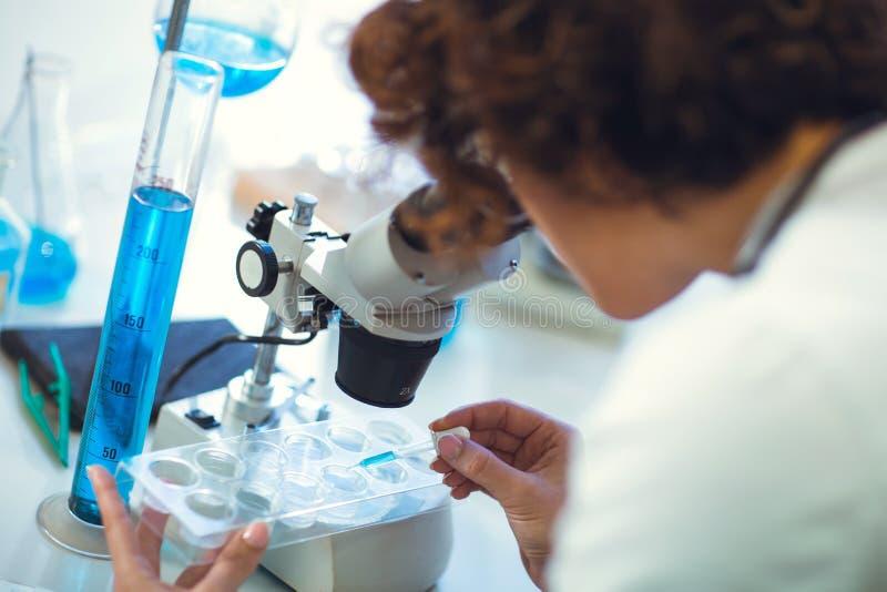 Scienist de femme dans le laboratoire images stock