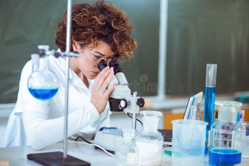 Scienist de femme dans le laboratoire image stock