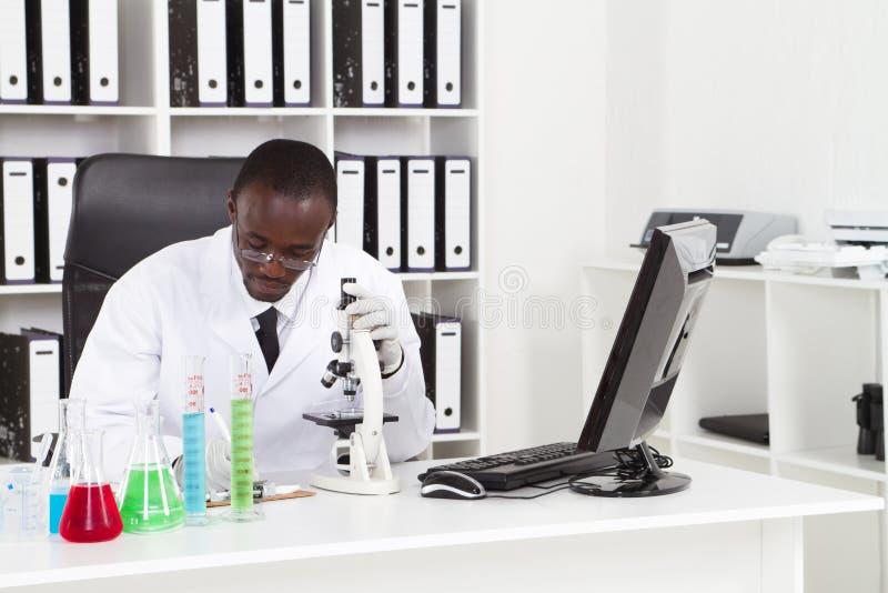 Scientifique africain images stock