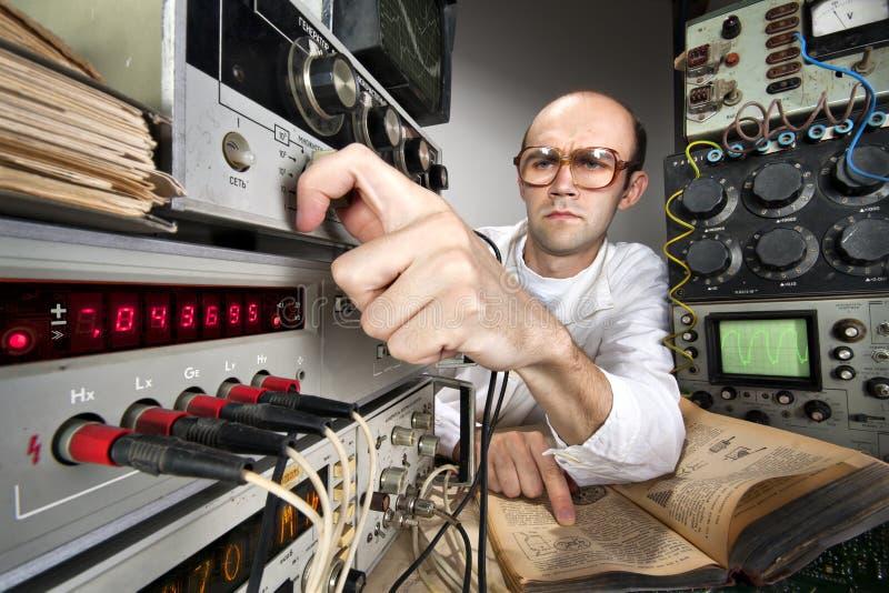 Scientifique au laboratoire de cru photographie stock