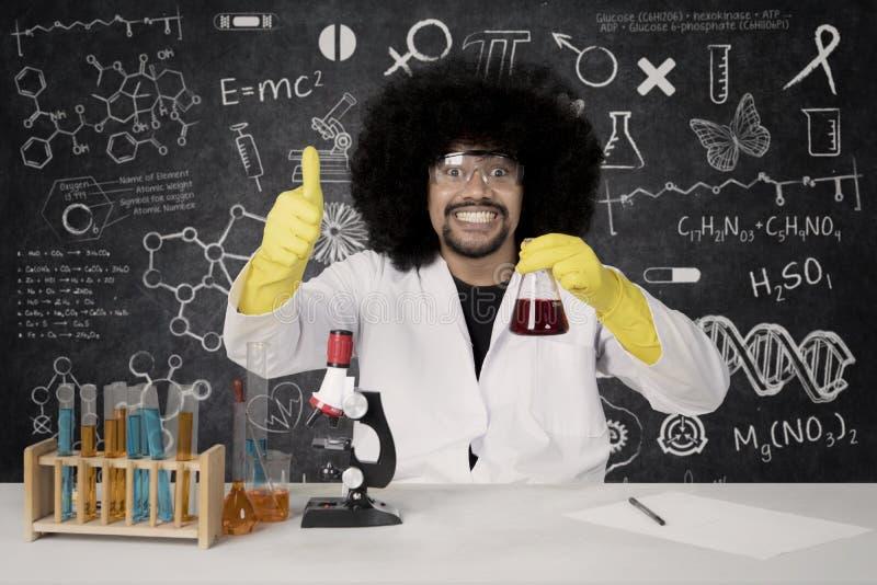 Scientifique d'Afro montrant le signe CORRECT photographie stock libre de droits
