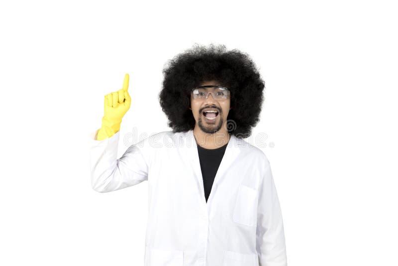 Scientifique d'Afro pensant quelque chose sur le studio image stock