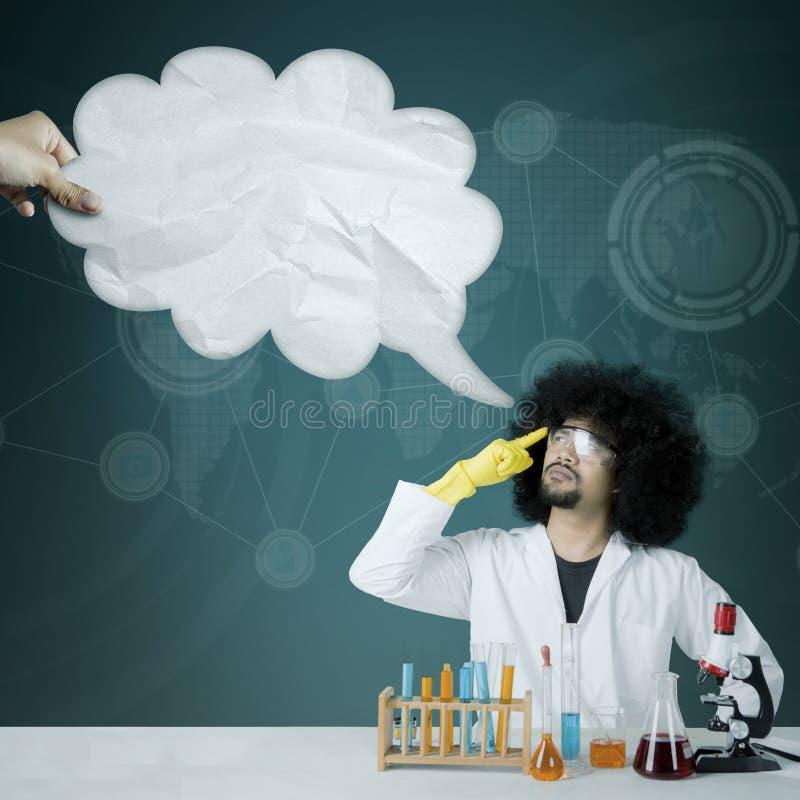 Scientifique d'Afro regardant la bulle de nuage photographie stock