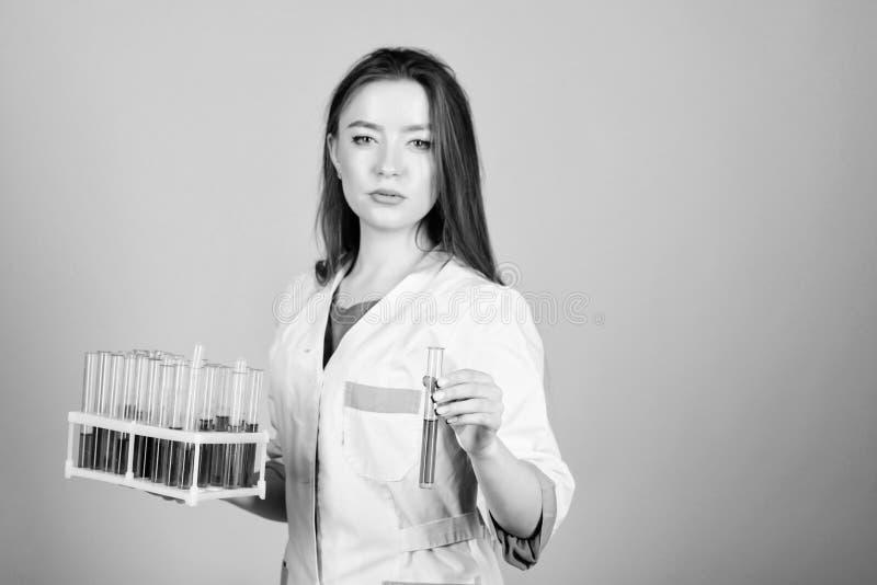 Scientifique de femme dans le laboratoire Bons r?sultats docteur de femme avec le tube ? essai et le microscope, recherche appren images stock