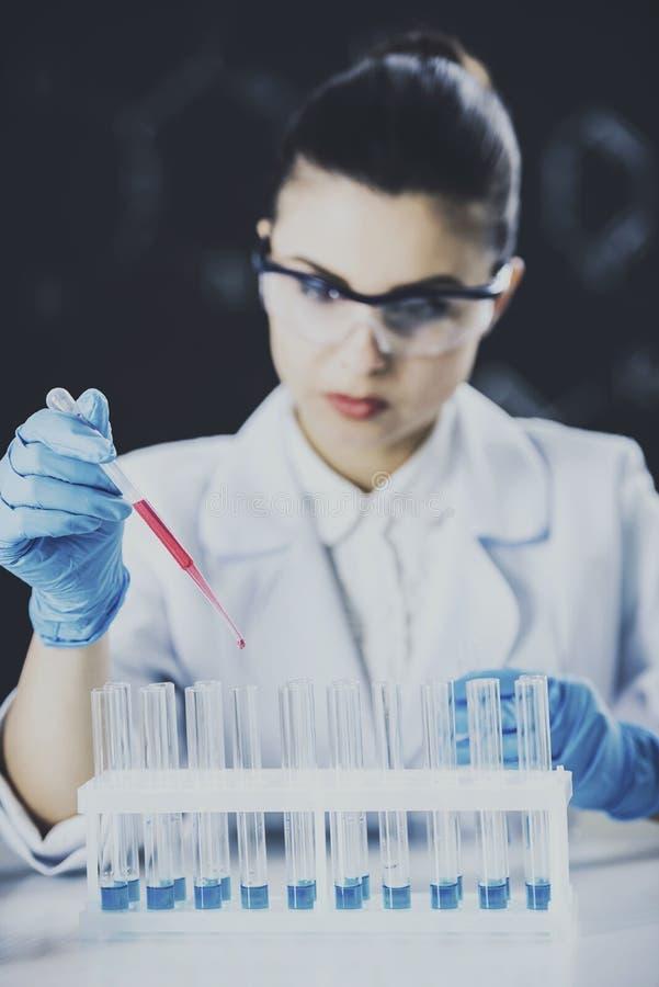 Scientifique de jeune femme dans le laboratoire image libre de droits