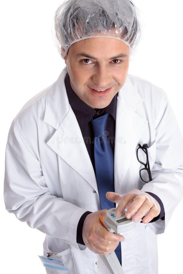 Scientifique de médecin avec le pipettor électronique photographie stock