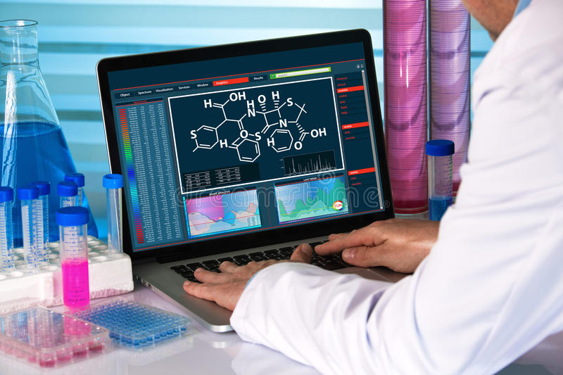 Scientifique de recherches employant le laboratoire de chimie d'ordinateur photos libres de droits
