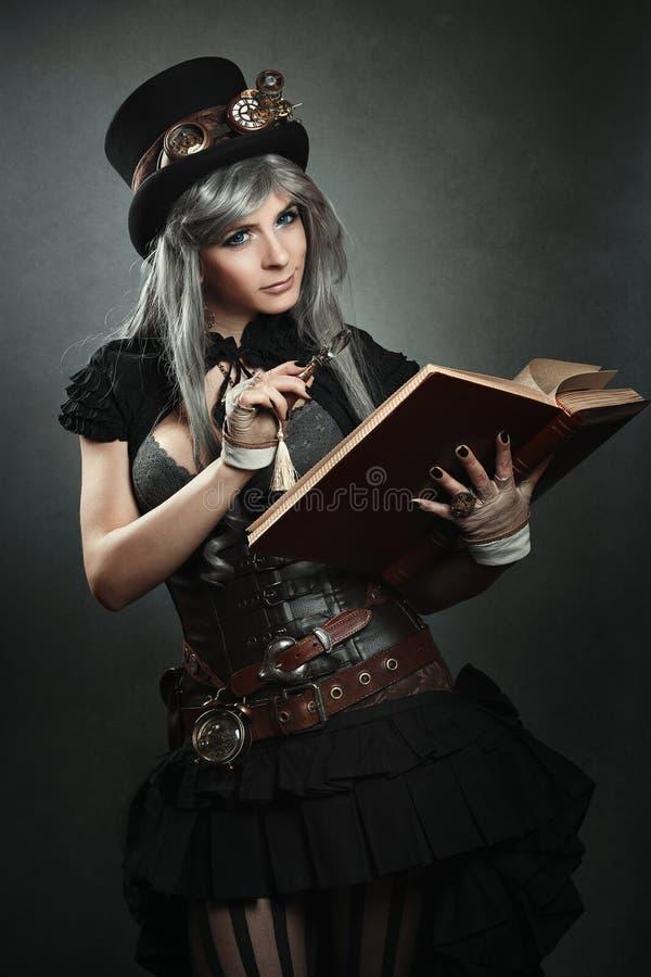 Scientifique de Steampunk avec le livre et la lentille photos stock