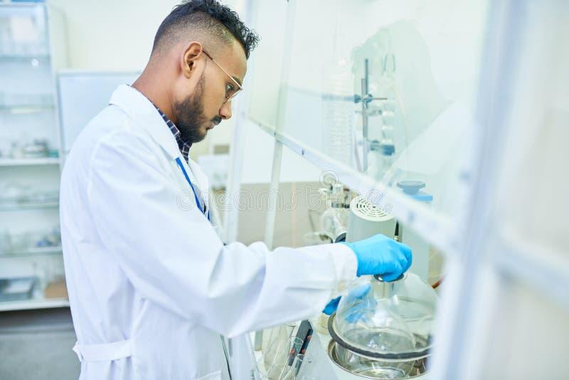 Scientifique du Moyen-Orient dans le laboratoire photo libre de droits
