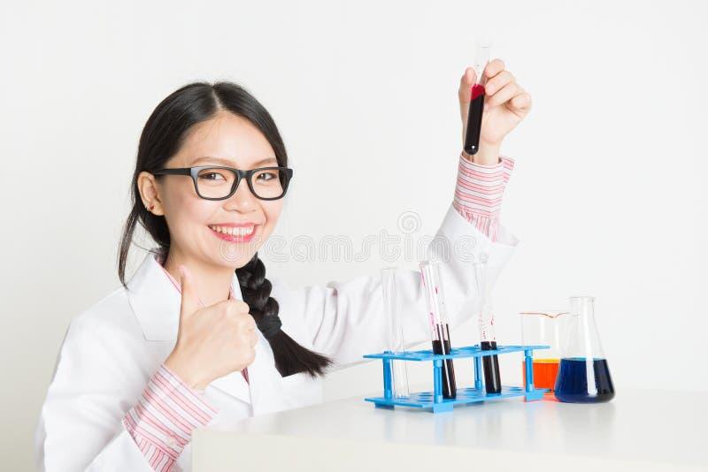 Scientifique féminin asiatique dans le laboratoire images stock