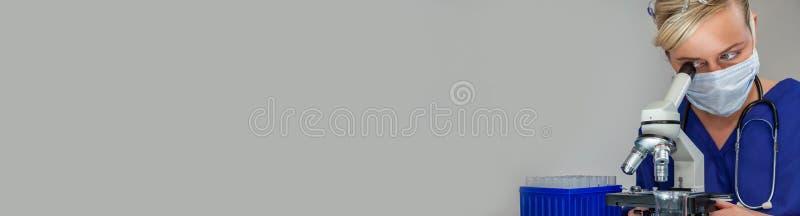 Scientifique féminine de femme dans la bannière de Web de laboratoire photo libre de droits