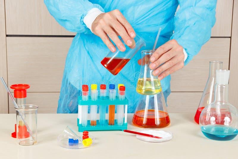 Scientifique faisant l'analyse chimique dans le laboratoire photographie stock libre de droits
