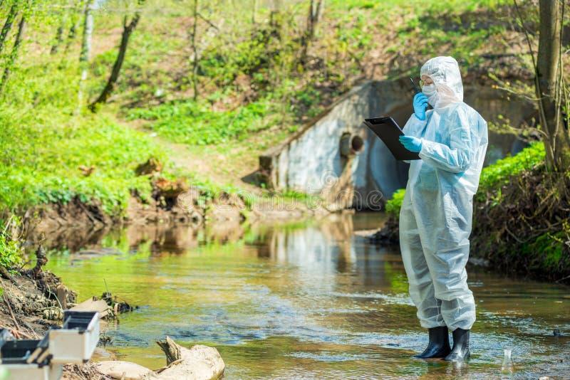 scientifique faisant la recherche sur l'environnement et l'eau photo libre de droits