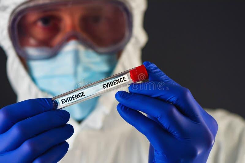 Scientifique légal avec le tube de preuves photographie stock libre de droits