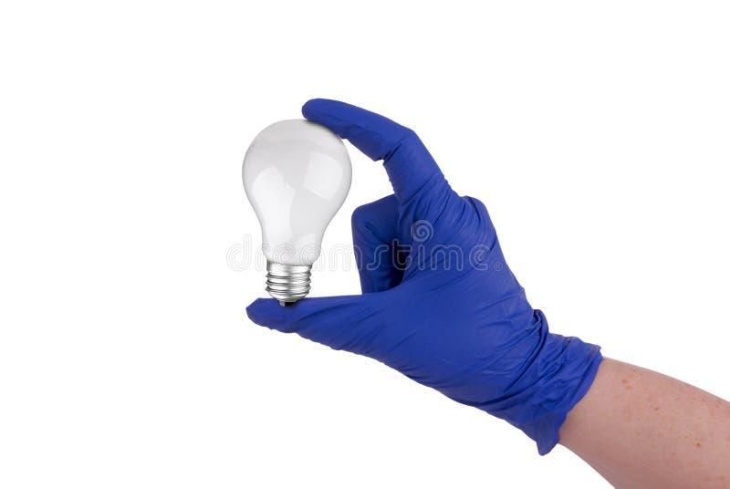 Scientifique médical retenant une ampoule image stock
