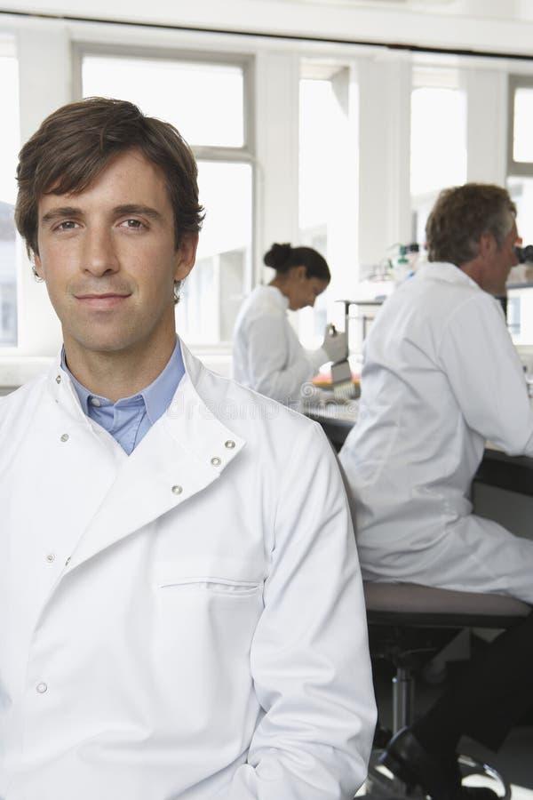 Scientifique masculin sûr In Laboratory photographie stock libre de droits