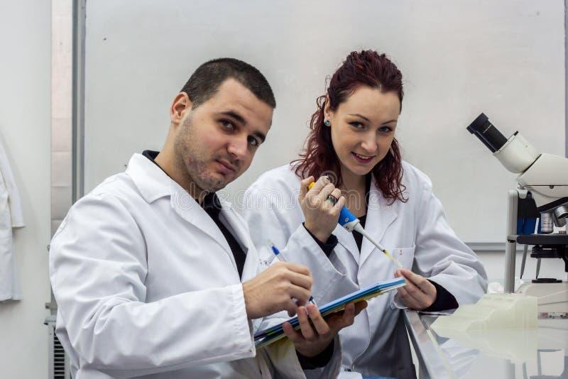 Scientifique moderne travaillant avec la pipette dans le laborator de biotechnologie photos stock
