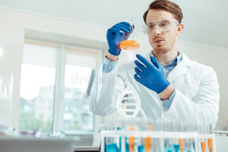 Scientifique professionnel futé travaillant dans le laboratoire image stock