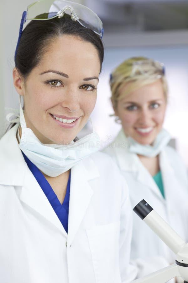 Scientifiques ou médecins féminins In Laboratory de femme photo stock