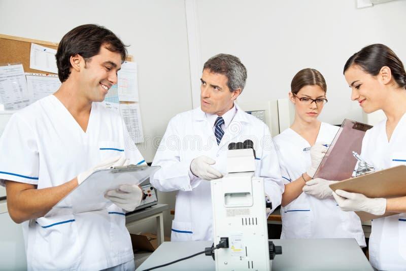 Scientifiques travaillant dans le laboratoire médical photographie stock libre de droits