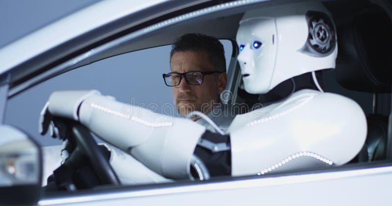 Scienziati che collaudano un robot di guida di veicoli immagini stock libere da diritti