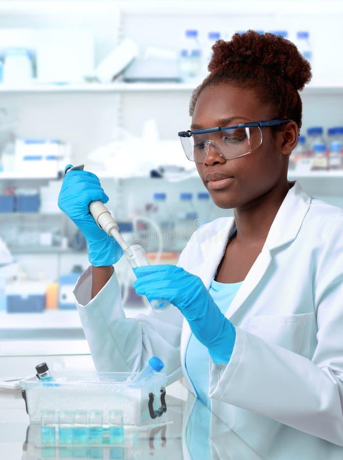 Scienziato afroamericano che lavora nel laboratorio fotografia stock