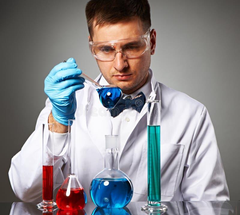 Scienziato al laboratorio immagine stock