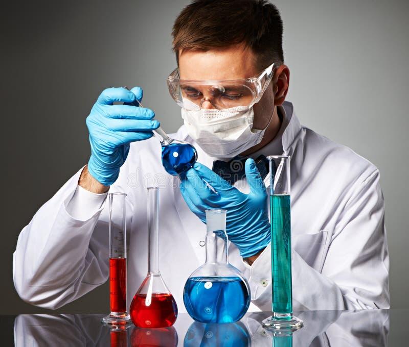 Scienziato al laboratorio immagini stock