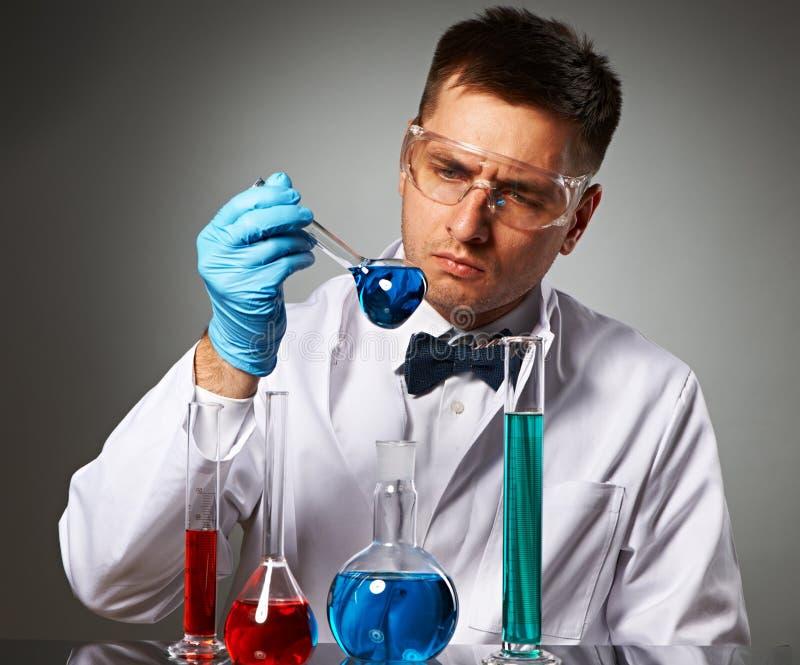 Scienziato al laboratorio immagine stock libera da diritti