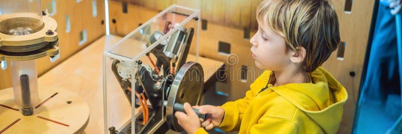 Scienziato astuto del ragazzo che fa gli esperimenti fisici in laboratorio Concetto educativo INSEGNA di scoperta, FORMATO LUNGO fotografia stock