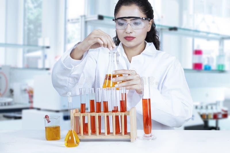 Scienziato che effettua ricerca in biochimica immagine stock libera da diritti
