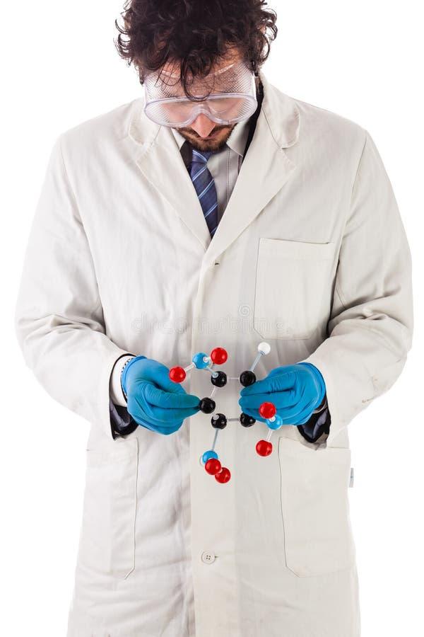 Scienziato che esamina una molecola di tnt fotografie stock