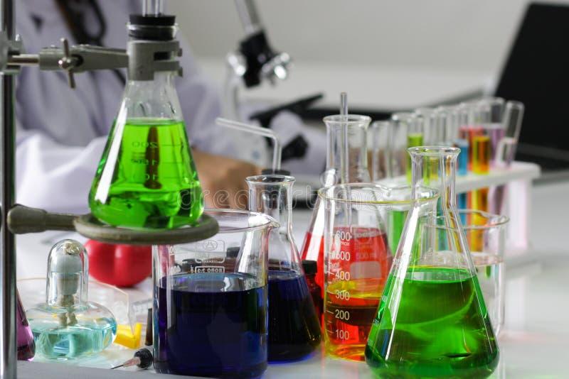 Scienziato che lavora nel worki del laboratorio/ricercatore di chimica fotografie stock