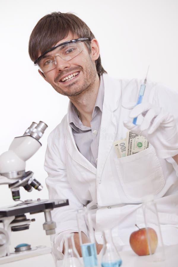 Scienziato che maneggia drogando le sostanze fotografie stock