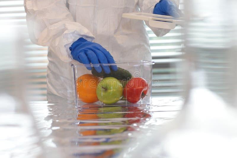 Scienziato con la frutta e le verdure fotografia stock