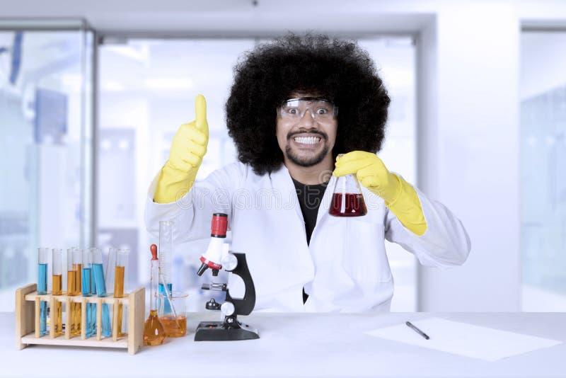 Scienziato di afro che lavora alla ricerca scientifica fotografia stock libera da diritti