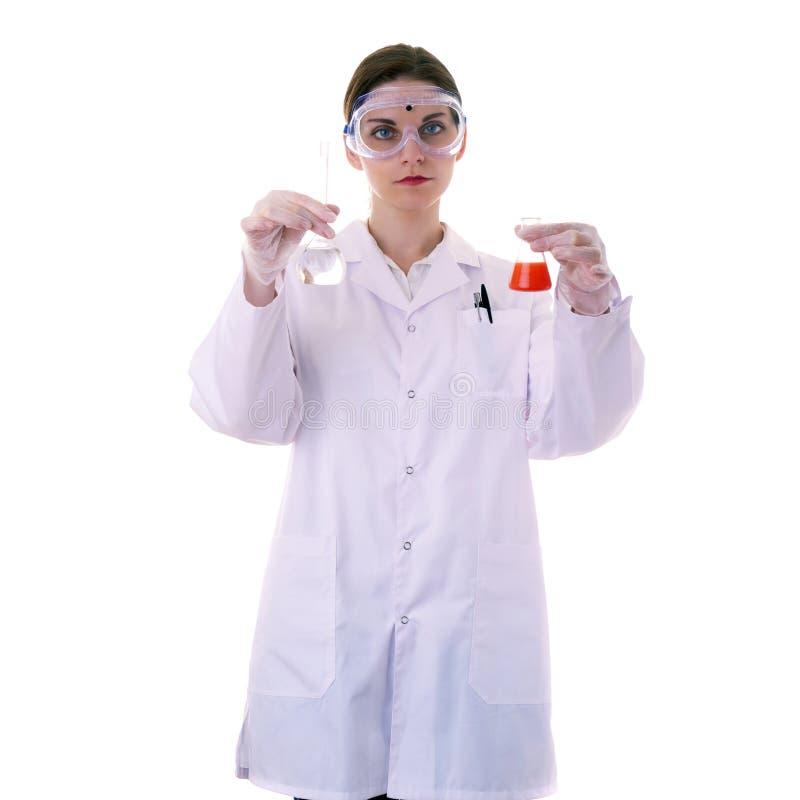 Scienziato di aiuto femminile in camice sopra fondo isolato fotografie stock libere da diritti