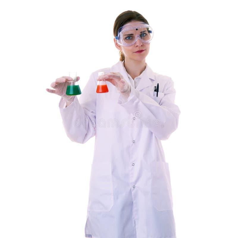Scienziato di aiuto femminile in camice sopra fondo isolato fotografia stock libera da diritti
