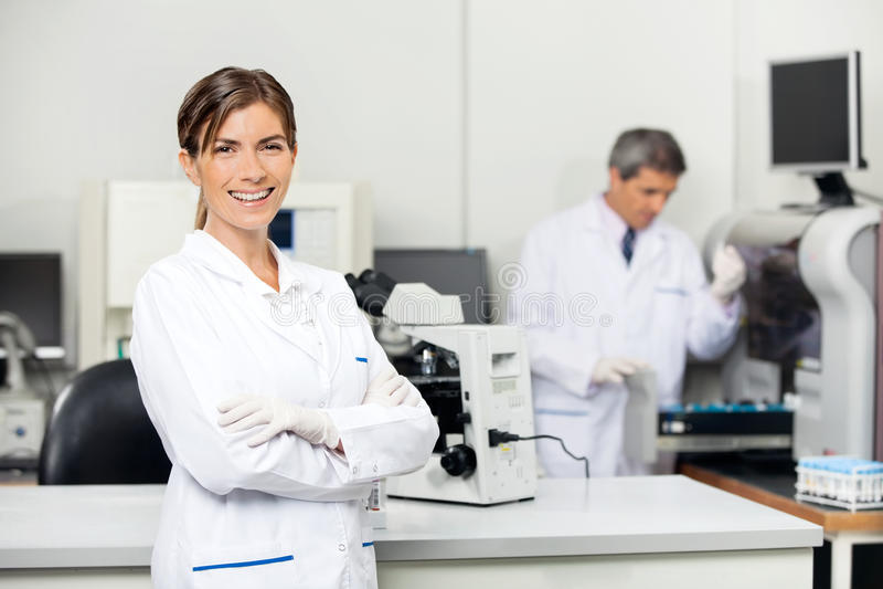 Scienziato femminile sorridente In Laboratory immagine stock libera da diritti