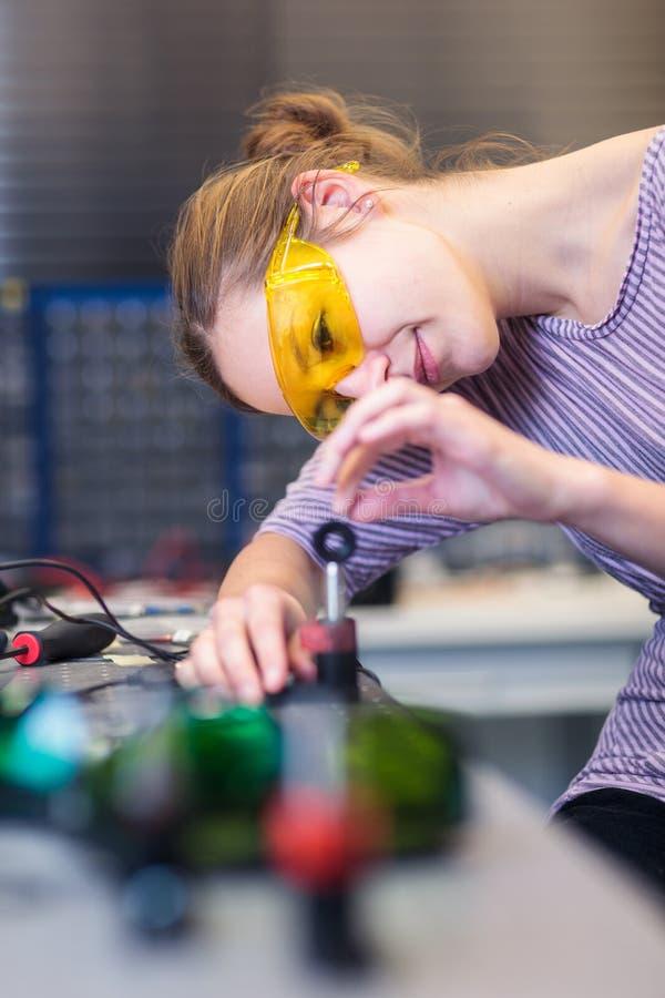 Scienziato femminile in un laboratorio di ottica di quantum fotografie stock