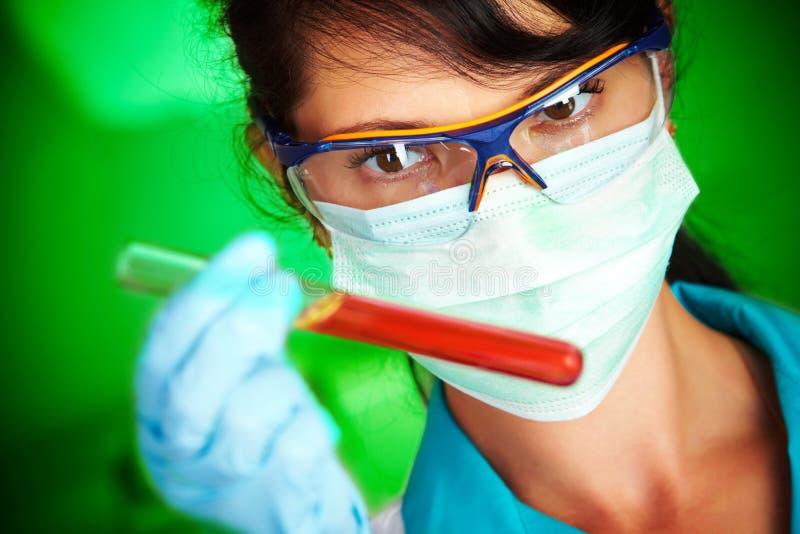 Scienziato in laboratorio con le provette fotografia stock