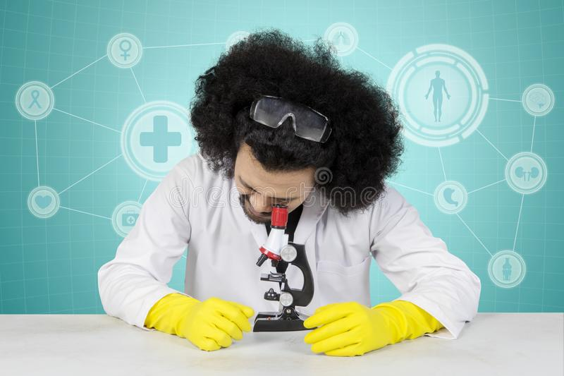 Scienziato maschio Working With Microscope immagini stock