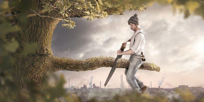 Scier outre de la branche vous vous asseyez dessus image libre de droits