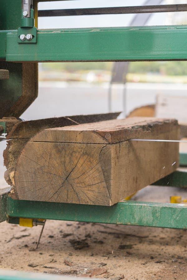 scierie Le processus d'usiner la machine de scierie d'équipement d'identifiez-vous a vu que des scies que le tronc d'arbre sur la photos libres de droits