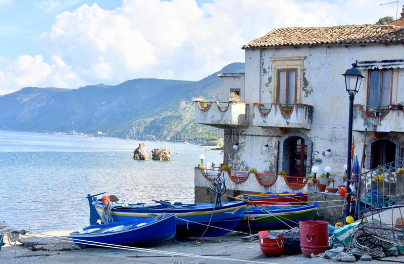 Scilla gammal fiskareby i Calabria royaltyfria foton